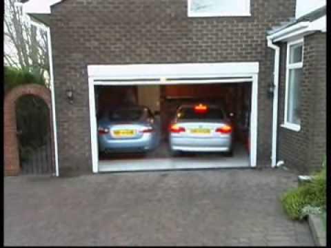 un garage trop petit pour deux voitures pas de souci. Black Bedroom Furniture Sets. Home Design Ideas