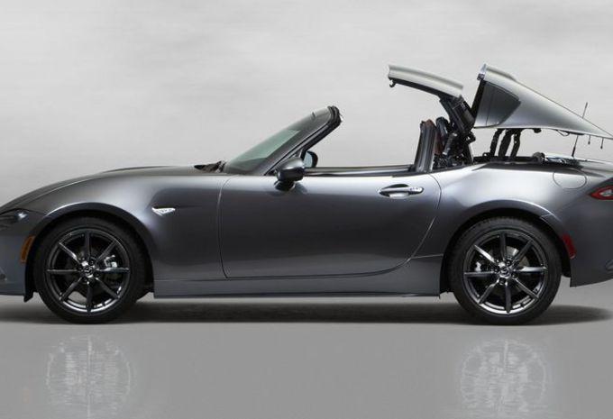 Plutôt qu'une capote, la Mazda MX-5 RF à droit à un toit rigide escamotable 2