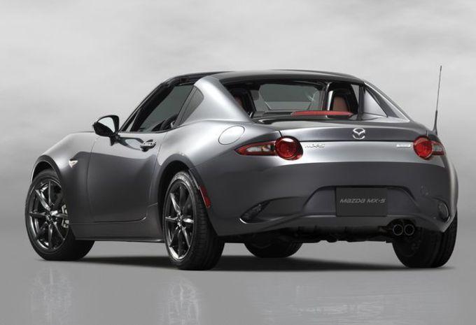 Plutôt qu'une capote, la Mazda MX-5 RF à droit à un toit rigide escamotable 4