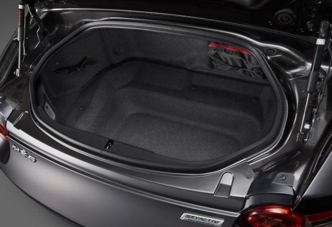 Plutôt qu'une capote, la Mazda MX 5 RF à droit à un toit rigide escamotable