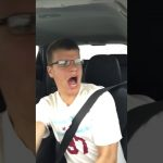 Un jeune home a eu la mauvaise idée de chanter en conduisant