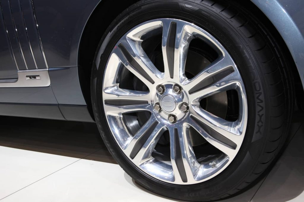 Land Rover s'attaque au Bentley Bentayga avec son Range Rover SV Autobiography 3