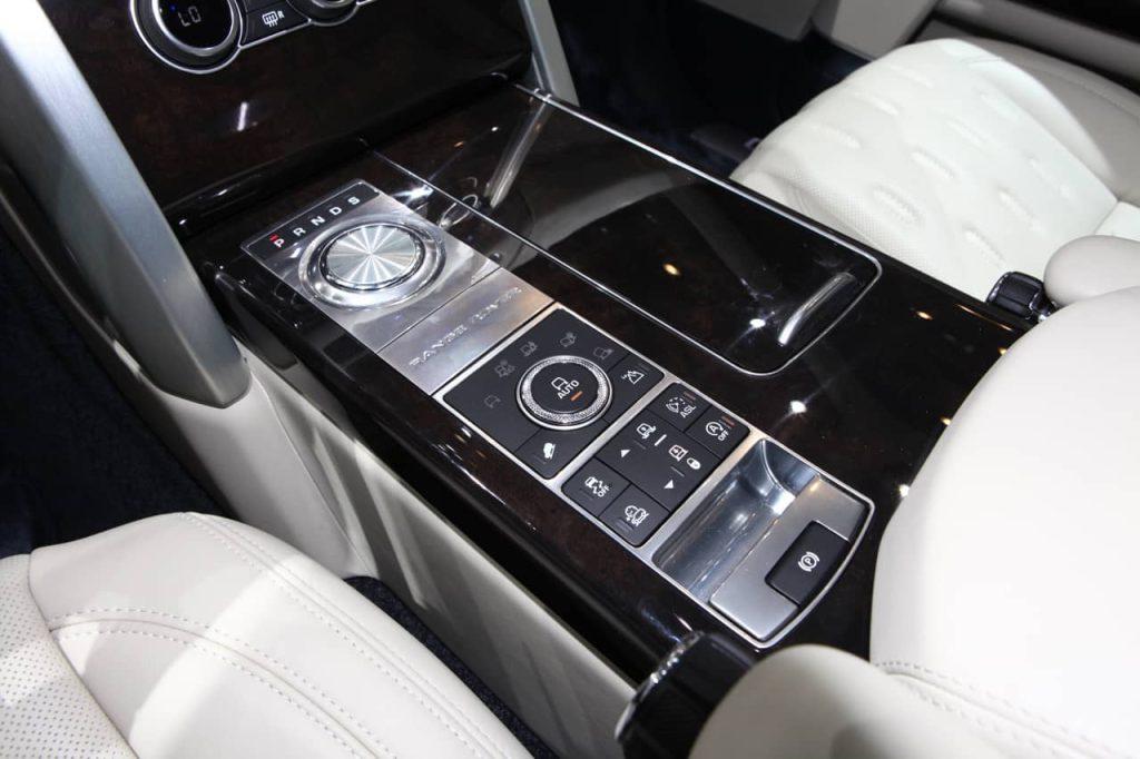 Land Rover s'attaque au Bentley Bentayga avec son Range Rover SV Autobiography 5